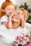 Заволакивание дочери будет матерью глаз Стоковое фото RF