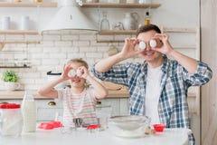 Заволакивание отца и дочери наблюдает с яичками стоковые фотографии rf