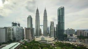 Заволоките небо на горизонт города Куалаа-Лумпур с Башнями Близнецы Petronas KLCC видеоматериал