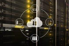 Заволоките сервер и вычислять, хранение данных и обрабатывать Интернет и концепция технологии стоковые фотографии rf