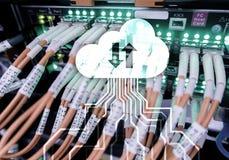 Заволоките сервер и вычислять, хранение данных и обрабатывать Интернет и концепция технологии стоковые изображения rf