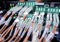 Заволоките сервер и вычислять, хранение данных и обрабатывать Интернет и концепция технологии стоковые изображения