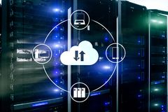 Заволоките сервер и вычислять, хранение данных и обрабатывать Интернет и концепция технологии стоковые фото