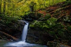 Завораживающий водопад в горах стоковая фотография
