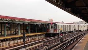 Завораживающий огромный современный городской городской стальной поезд метро метро приезжая на железнодорожную станцию района на  сток-видео