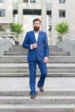 Завоюйте мир дела Работника офиса шаг уверенно на лестницы Бородатый человек идя работать Бизнесмен в современном городе стоковое изображение