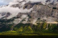 Заволакивает гора banff Канада rundle Стоковые Фото