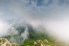 заволакивает горы сверх туман сток-видео