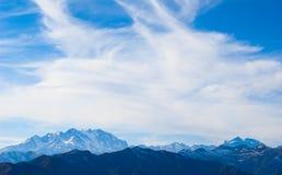 заволакивает горы сверх Стоковые Изображения