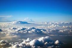 Заволакивает кумулюс над небесно-голубым полетом Стоковая Фотография RF
