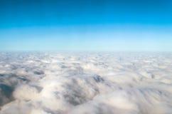 Заволакивает кумулюс сверху небесно-голубой полет Стоковые Фото