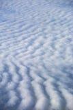 заволакивает небо против предпосылки голубые облака field wispy неба природы зеленого цвета травы белое Стоковое Фото