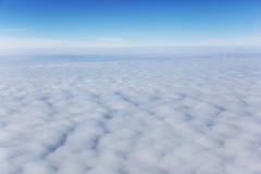 заволакивает небо против предпосылки голубые облака field wispy неба природы зеленого цвета травы белое Стоковые Фото