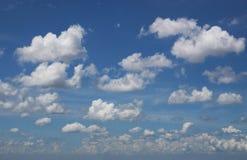заволакивает небо Стоковое Изображение