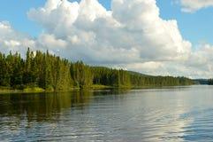 заволакивает озеро Стоковая Фотография