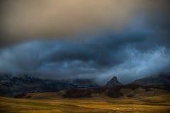 заволакивает пик горы Стоковое Фото