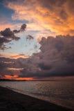 заволакивает драматический заход солнца неба Стоковое Изображение
