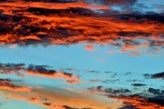 заволакивает драматический заход солнца Стоковые Изображения RF