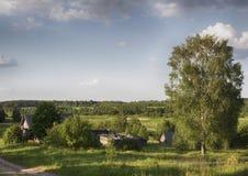 заволакивает русское село лета неба стоковая фотография rf