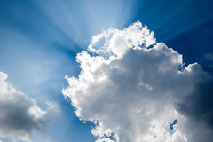 заволакивает солнечний свет Стоковые Фото