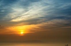 заволакивает темный заход солнца неба seascape Стоковое Изображение