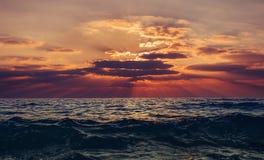 заволакивает темный заход солнца неба seascape Стоковые Изображения