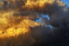 заволакивает темный драматический шторм Стоковое Фото