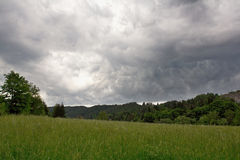 заволакивает темный драматический шторм Стоковое фото RF