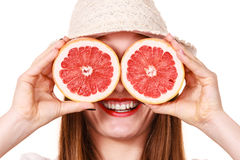 Заволакивание девушки наблюдает с 2 halfs цитрусовых фруктов грейпфрута Стоковое Изображение