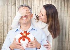 Заволакивание женщины укомплектовывает личным составом глаза пока gifting стоковые изображения