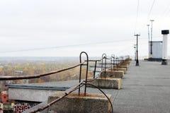 Заволакивание и перила крыши Ruberoid на таунхаусе мульти-этажа в Архангельске стоковые фотографии rf