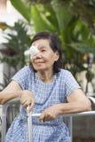 Заволакивание предохранительного щитка для глаз пользы пожилых людей после хирургии катаракты стоковые фотографии rf