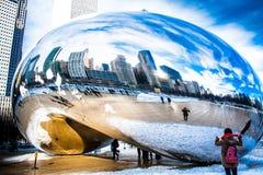 Заволакивание фасоли Skygate снегом против высоких башен здания и b Стоковое Изображение RF