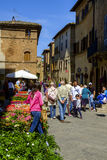 Завод и уличный рынок цветков в деревне Pienza Стоковые Изображения
