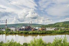 Завод кокса рекой Стоковое Изображение