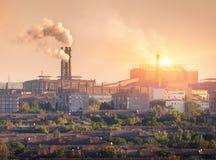 Завод металлургии на заходе солнца Сталелитейный завод Фабрика тяжелой индустрии стоковая фотография rf