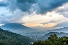 Заволоките покрытые вулканы на заход солнца, Антигуа, Гватемала Стоковое Изображение RF