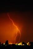 Заволоките для того чтобы смолоть электрическая молния за верхними частями крыши дома Стоковые Изображения RF