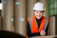 Заводской рабочий бумажной фабрики Стоковая Фотография