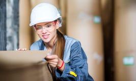 Заводской рабочий бумажной фабрики Стоковое Изображение RF