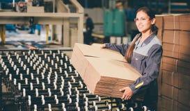 Заводской рабочий бумажной фабрики Стоковая Фотография RF
