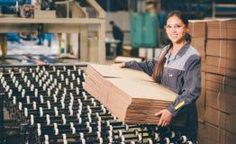 Заводской рабочий бумажной фабрики Стоковые Фото