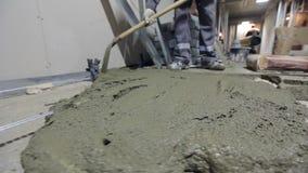 Заводской рабочий используя лопаткоулавливатель видеоматериал