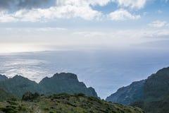 Завод столетия против деревни Masca и гор, Тенерифе, Канарских островов, Испании Стоковая Фотография