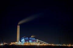 Завод тяжелой индустрии на сцене ночи стоковые фото