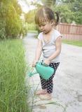 Заводы маленькой азиатской девушки моча Стоковые Изображения RF