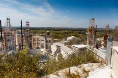 Завод для обрабатывать минералов в Cretaceous карьере, больших танков стоковое фото