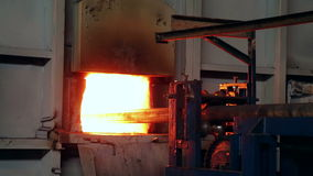 Завод Ironworks Машина нажимая заготовку к печи closeup сток-видео