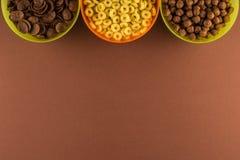 Завтраки различных хлопьев в красочных шарах стоковая фотография