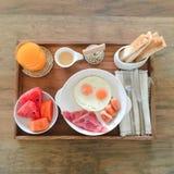 Завтрак американского завтрака очень вкусный для одного Женщина вручает яичко ножа для разрезания в сковороде над взглядом Стоковое фото RF